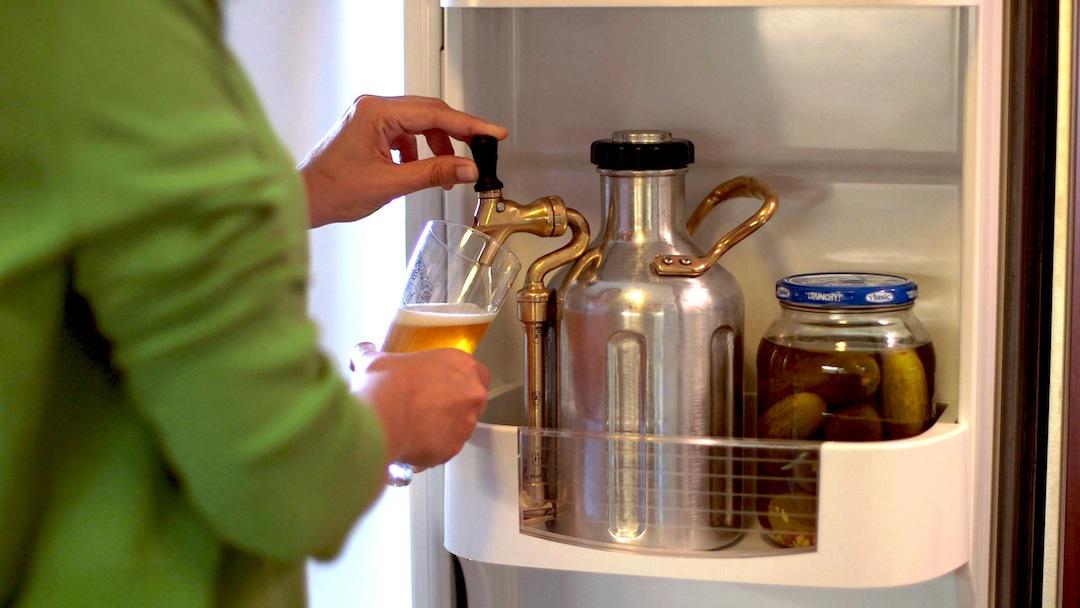 press-uKeg_Beer_Pouring
